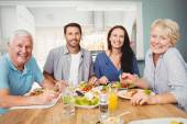 Rodina sedí u jídelního stolu