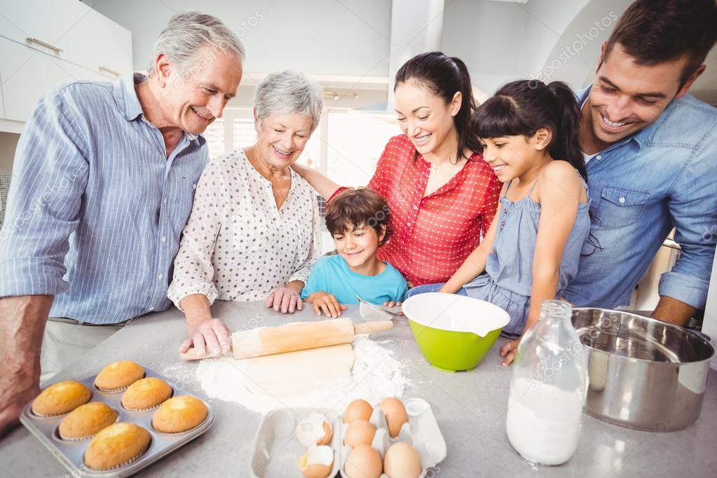 Familia haciendo pan en cocina foto de stock for Cocina en familia