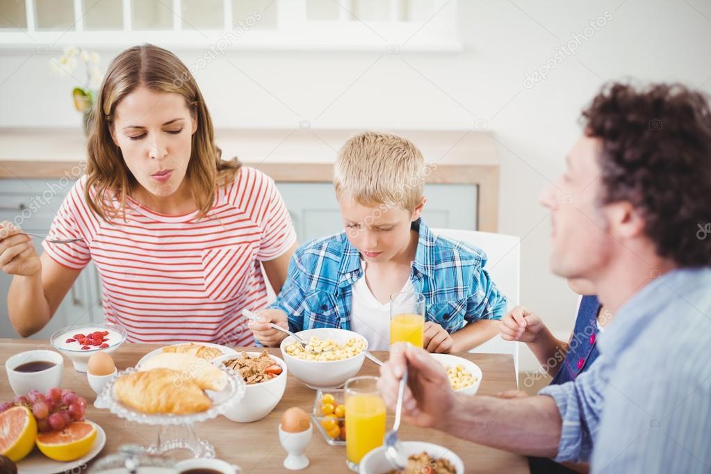 Niño Desayunando Con Sus Padres