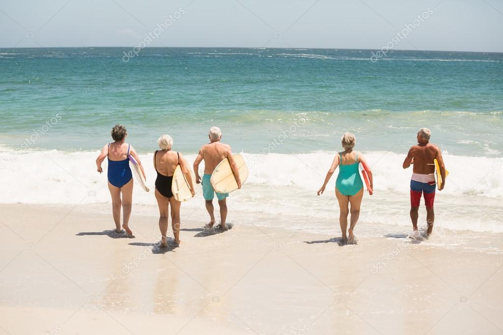 Фото пожилых людей на пляже