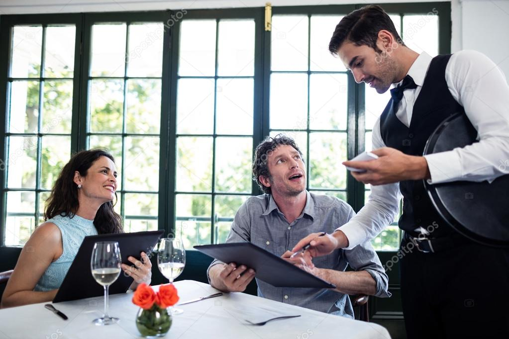 Orden de toma de camarero para pareja — Foto de stock ...