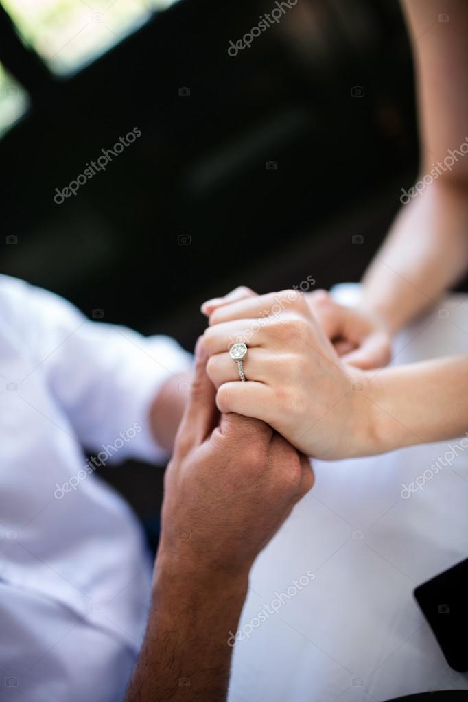 3621641c05ea Primer plano de pareja cogidos de la mano con el anillo de compromiso —  Foto de