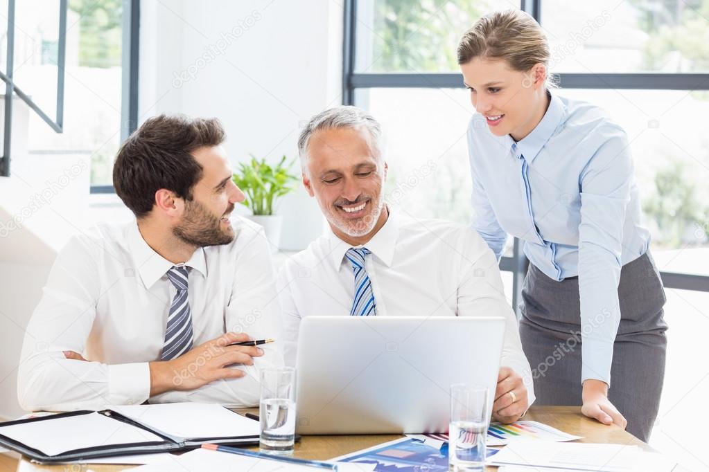 Foto Lavoro Ufficio : Colleghi di affari che discute lavoro ufficio u foto stock