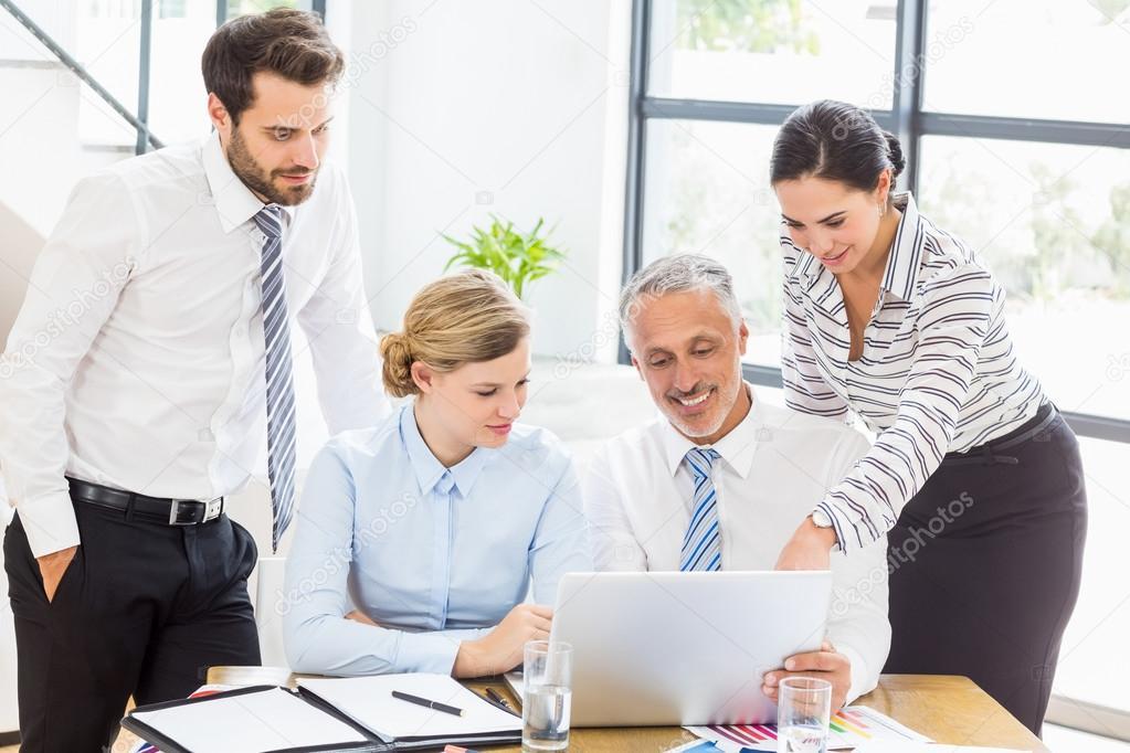 Foto Lavoro Ufficio : Gruppo di affari che celebra insieme successo sul posto di lavoro