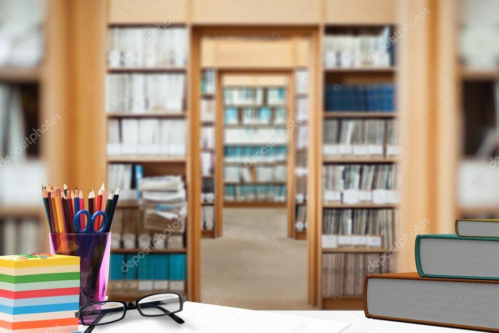 Oggetti sulla scrivania con libreria u2014 foto stock © wavebreakmedia
