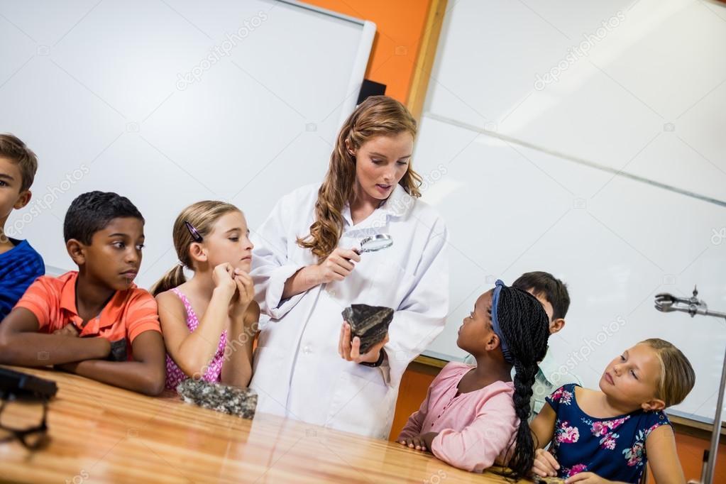Lehrer geben Unterricht für ihre Schüler — Stockfoto ...