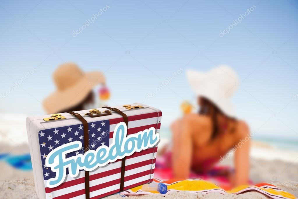 17345a2e1e4833 Messaggio di libertà su una valigia americana contro due donne che si  trovano e bere un cocktail — Foto di Wavebreakmedia