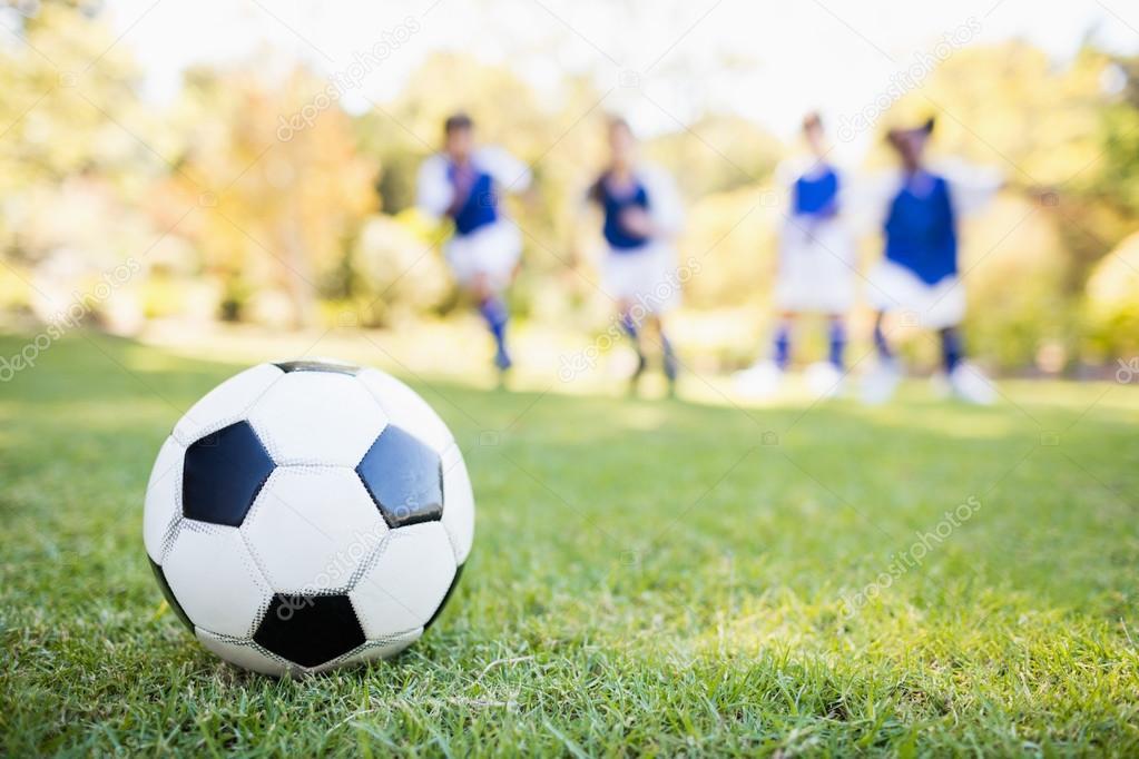 Fussball Ballon Gegen Kinder Stockfoto C Wavebreakmedia