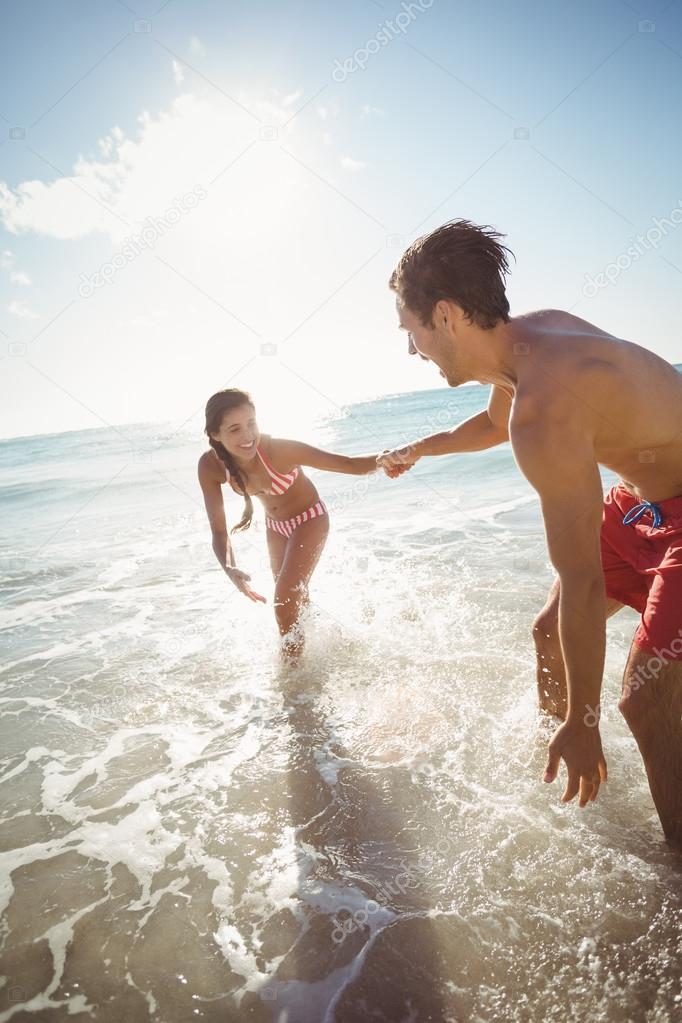 Pareja Jugando En El Agua Fotos De Stock C Wavebreakmedia 112921816