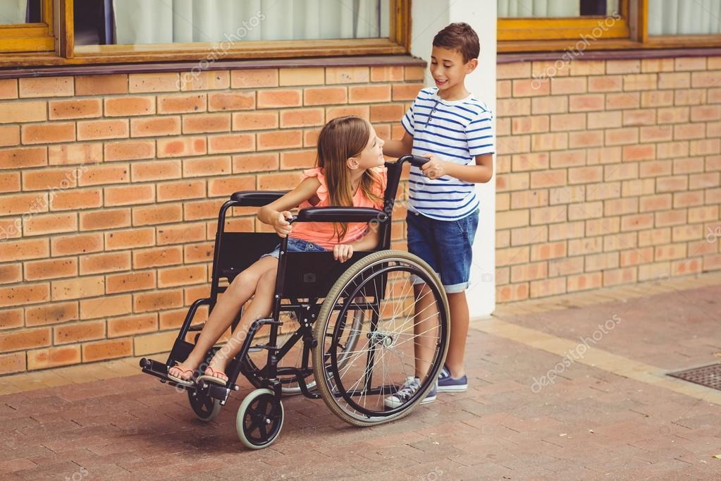 Ni o hablando con la chica en silla de ruedas fotos de stock wavebreakmedia 112935214 - Tamano silla de ruedas ...