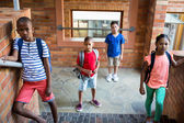 Spolužáci, stojící na školní chodbě