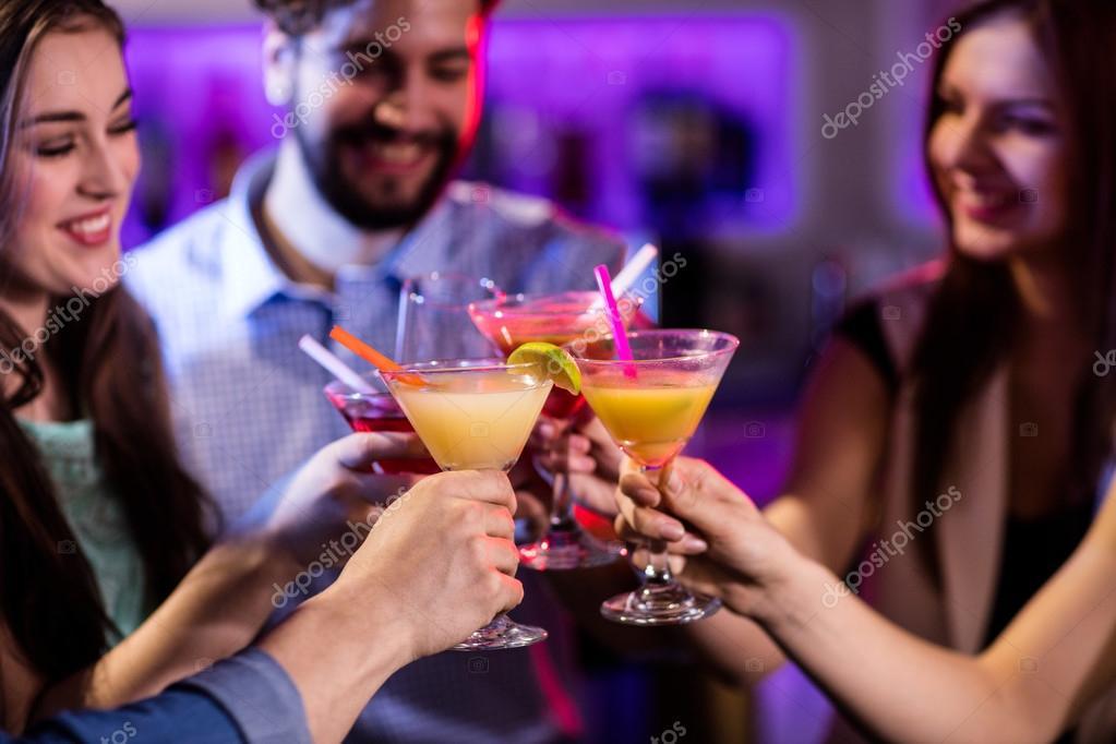 amigos tostado cóctel en barra de bar — Foto de stock ...