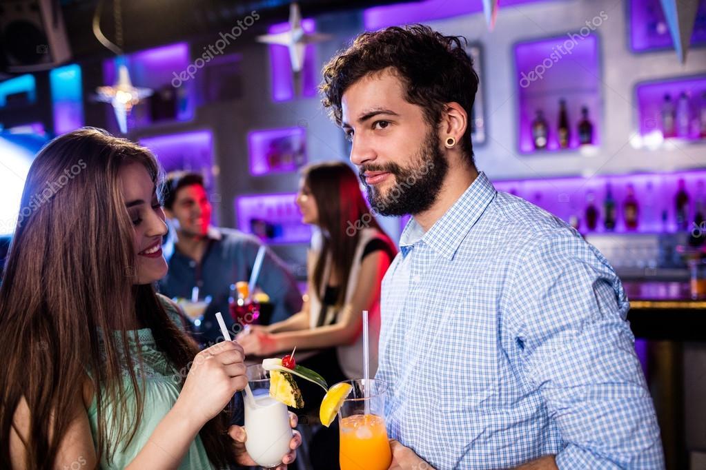 amigos con cóctel en la barra de bar — Foto de stock ...