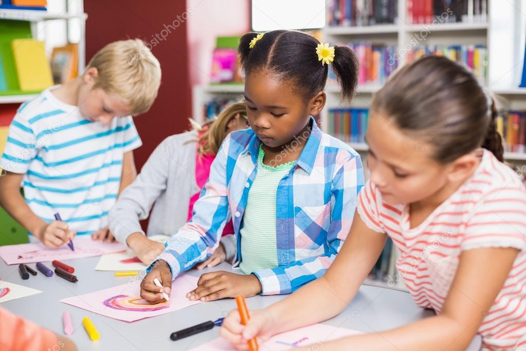 Niños dibujando en papel — Fotos de Stock © Wavebreakmedia #115237870