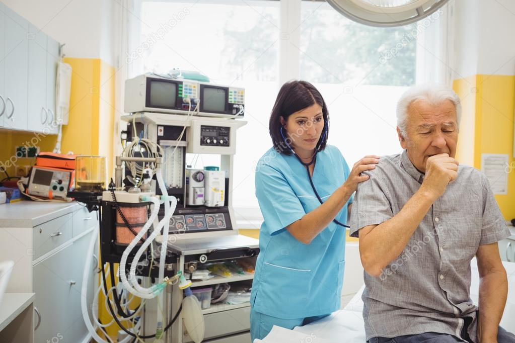 Ärztin untersucht Patientin — Stockfoto © Wavebreakmedia