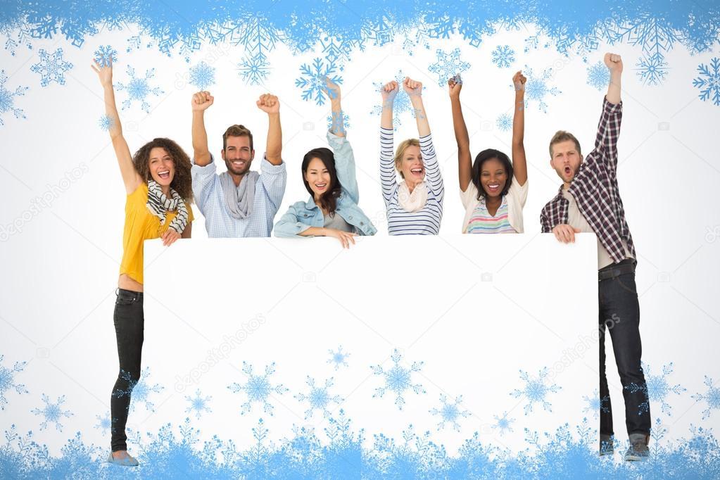 Grupo de jóvenes amigos mostrando gran cartel — Foto de stock ...