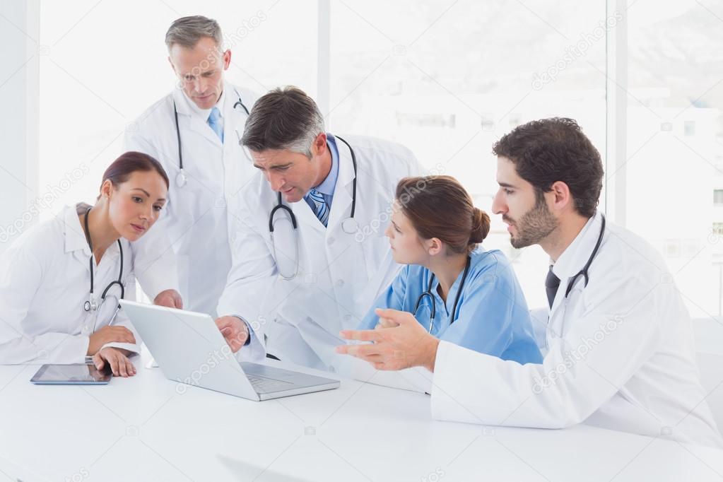 Médicos usando una laptop juntos —  Fotos de Stock