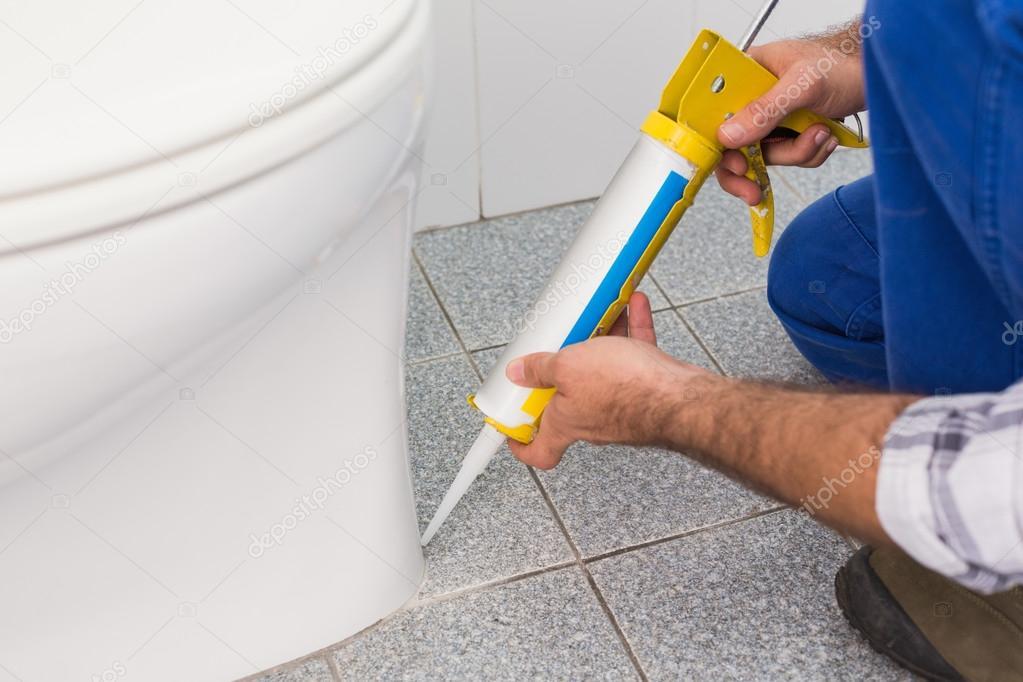 Klusjesman invullen van tegels in badkamer — Stockfoto ...
