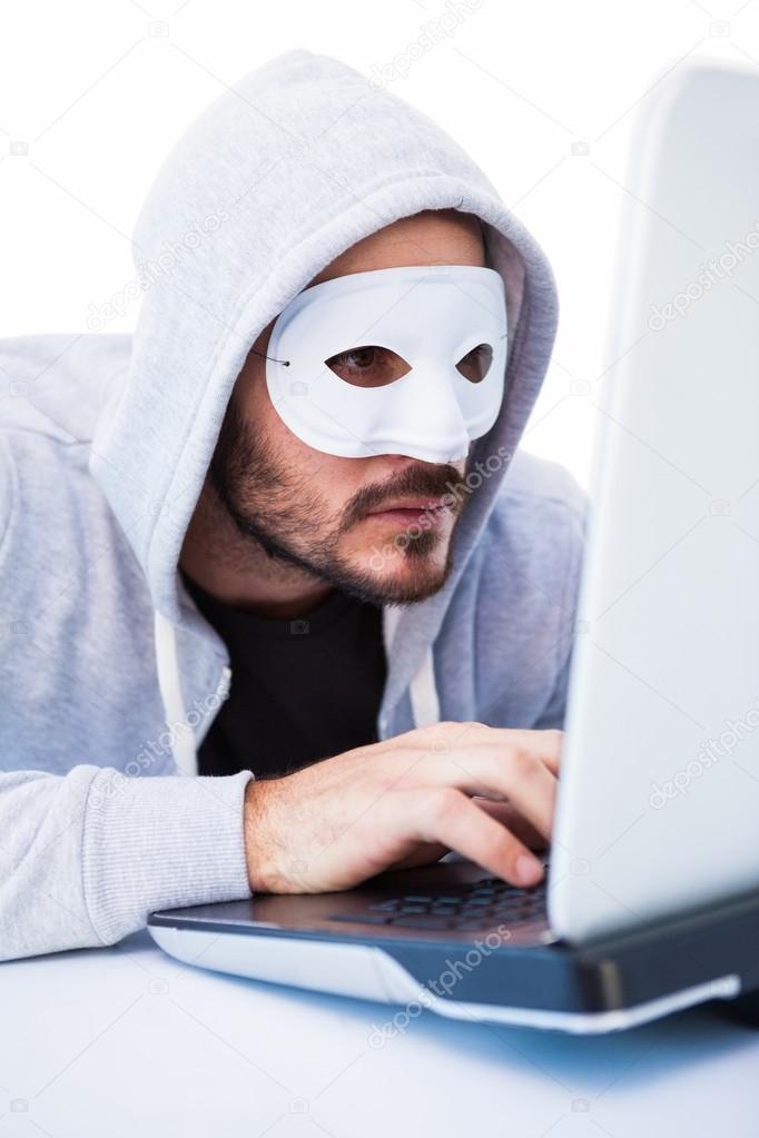 Mann mit der Maske beim Eindringen in laptop — Stockfoto ...