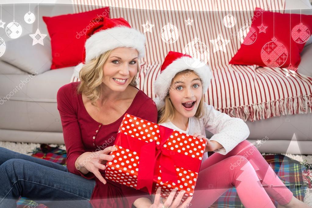 Mutter und Tochter lächelnd in die Kamera — Stockfoto ...
