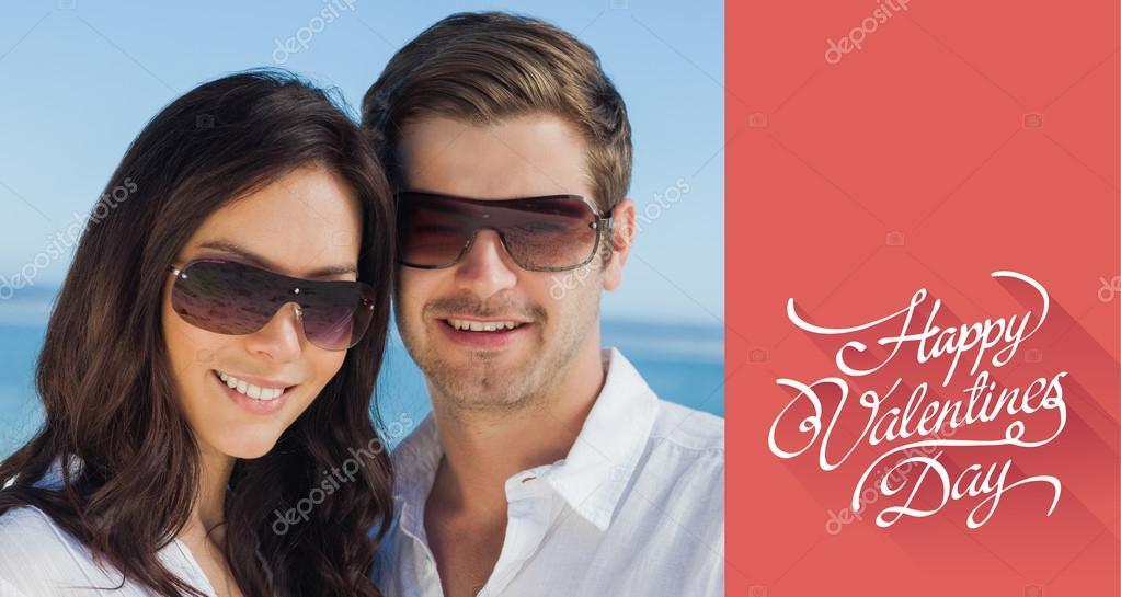 Lunettes de soleil port de couple en souriant et à la recherche — Photo e9847c9d1541