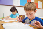 Roztomilý žáků kreslení na jejich stoly
