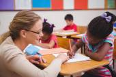 Roztomilý žák získat pomoc od učitelů