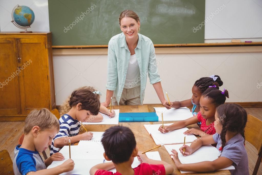 Lehrer und sch ler gemeinsam am schreibtisch stockfoto for Schreibtisch grundschule