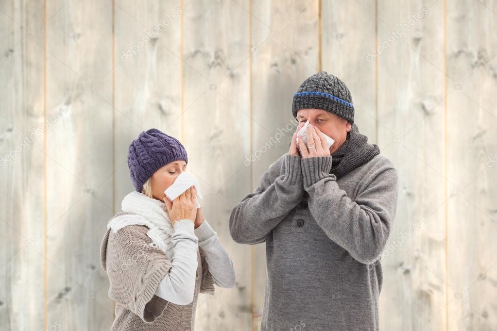 Couple senior malade, soufflant le bout de leur nez contre les planches de  bois pâles — Image de Wavebreakmedia 638c7bb9b01