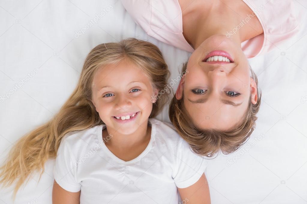 Mutter und Tochter lächeln in die Kamera — Stockfoto