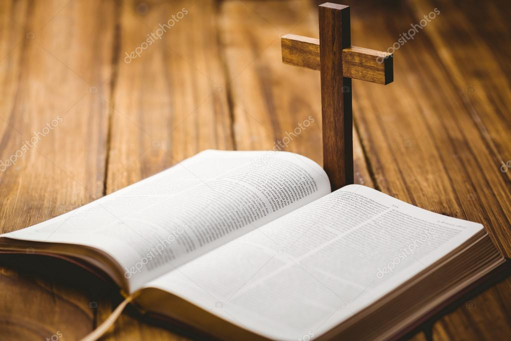 Biblia Abierta Con Icono De Crucifijo Fotos De Stock