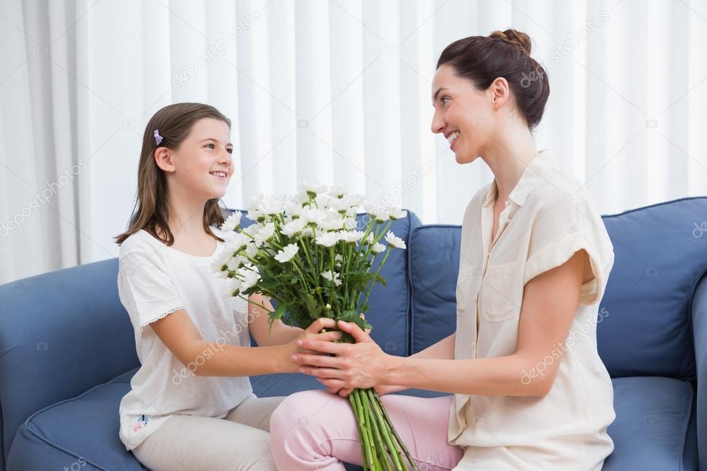 Imágenes: flores dia de la madre   Niño dando flores a su