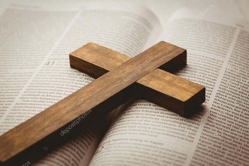 открытое библии и деревянный крест стоковое фото