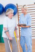 Terapeut a starší žena při pohledu na schránky