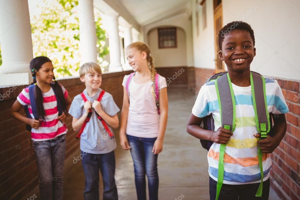 Kleine schoolkinderen in school corridor u stockfoto