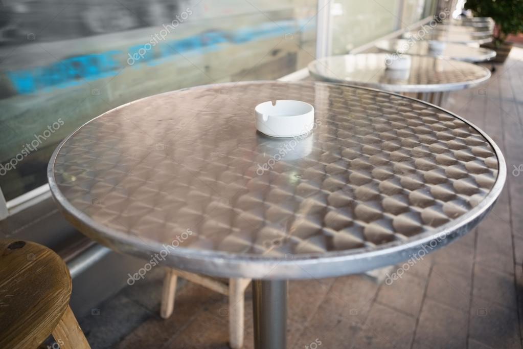 Bar sgabello e tavolo con cassetto cenere u foto stock