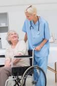 Sestra při pohledu na pacienta sedět na vozíku
