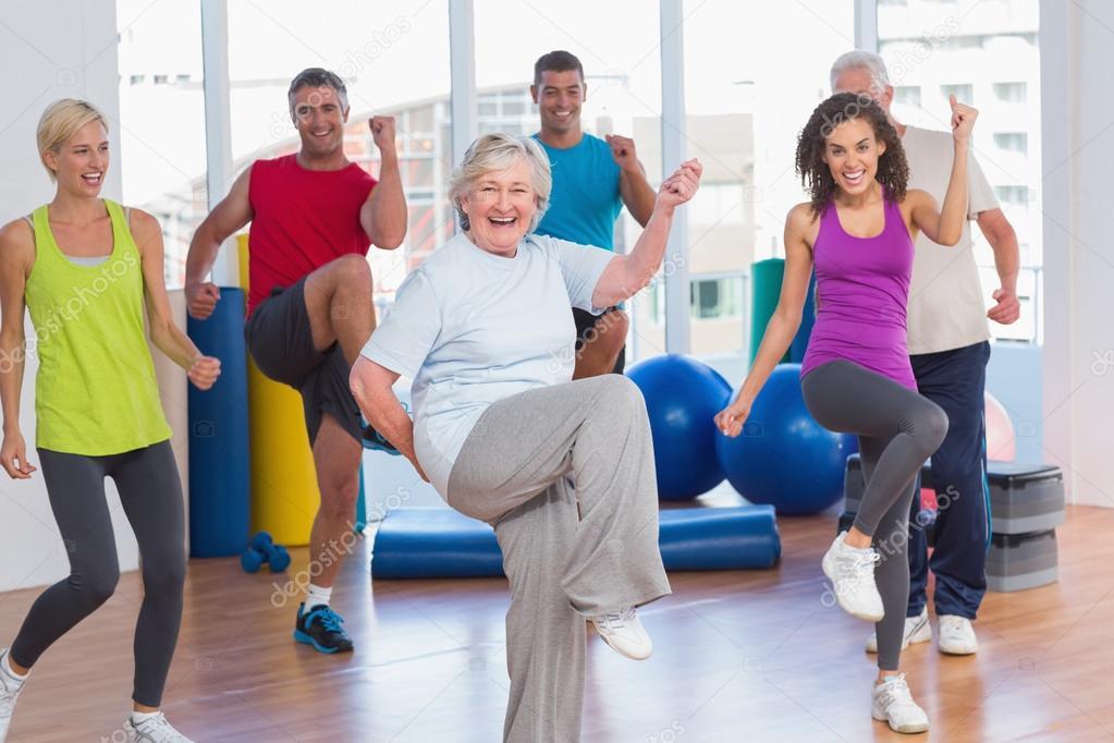 Gente haciendo fitness poder hacer ejercicio en gimnasio - Imagenes de gimnasio ...