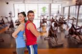 Muž a žena proti fitness studio
