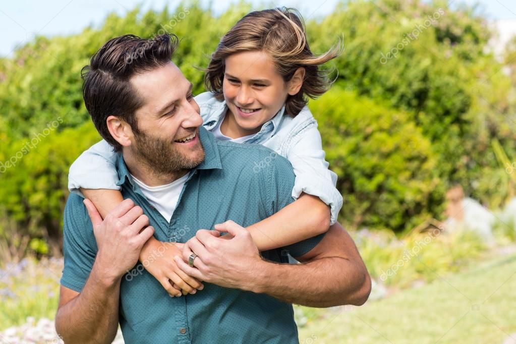 Padre E Hijo Sonriendo El Uno Al Otro