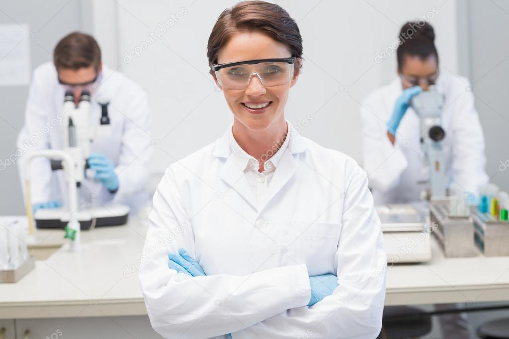 Scientifique heureux, souriant à la caméra avec des lunettes de protection  en laboratoire — Image de Wavebreakmedia 2c4bb38e142d