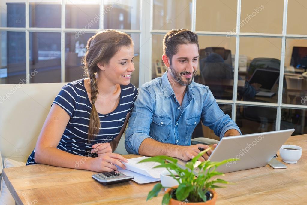 Partner arbeiten am Schreibtisch mit laptop — Stockfoto ...