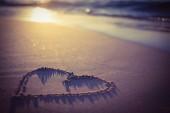 Srdce na písku na pláži