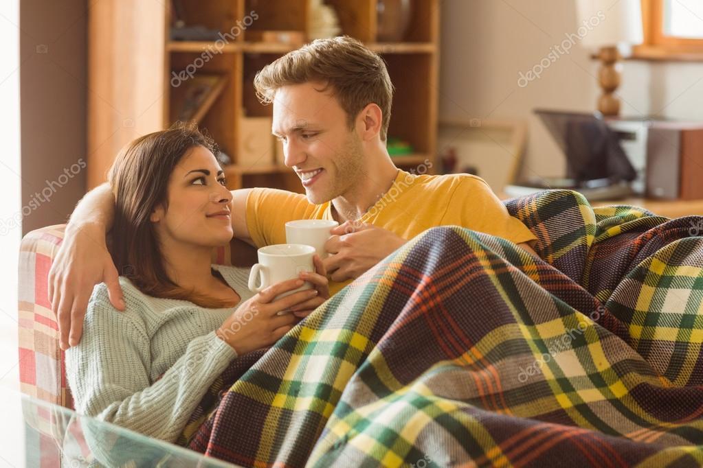 Paar auf der couch unter der decke kuscheln stockfoto for Sofa kuscheln