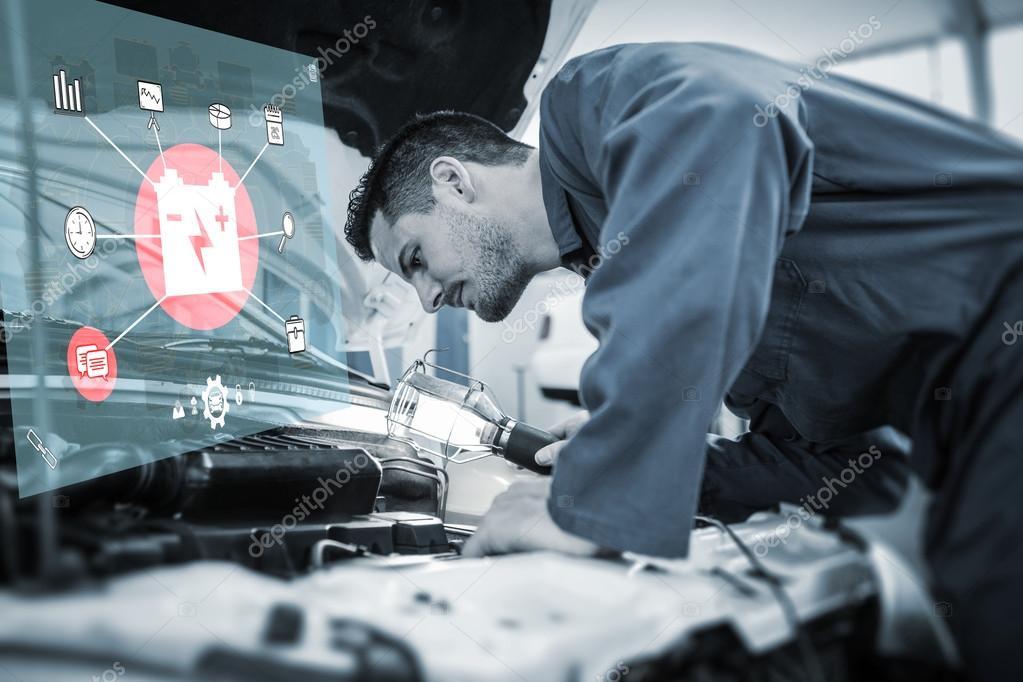 Mechanische Prüfung unter die Haube des Autos mit Fackel — Stockfoto ...