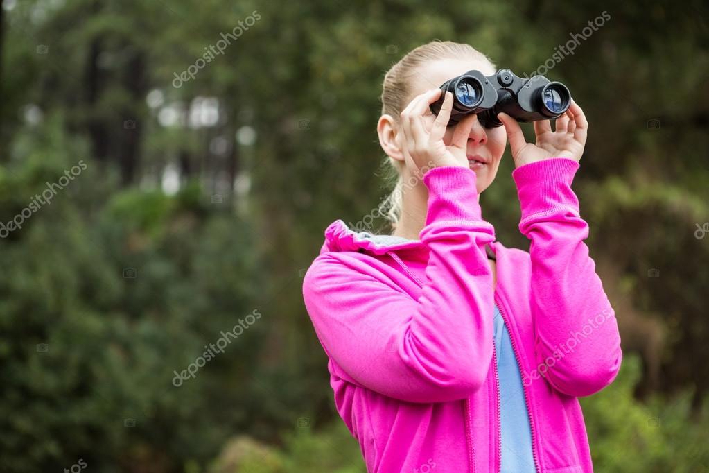 Wanderer durch das fernglas schauen u stockfoto wavebreakmedia