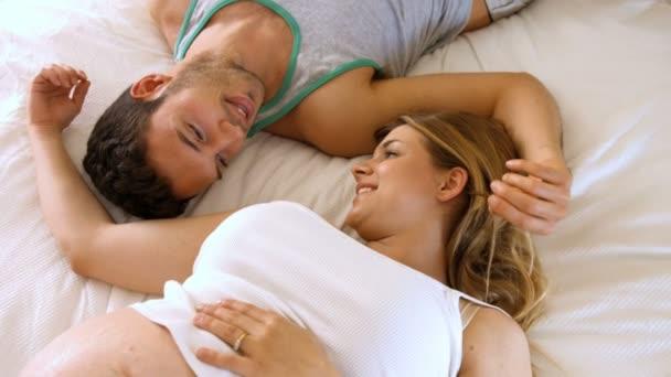 Amour Au Lit Photos couple d'amoureux au lit — vidéo wavebreakmedia © #84612716