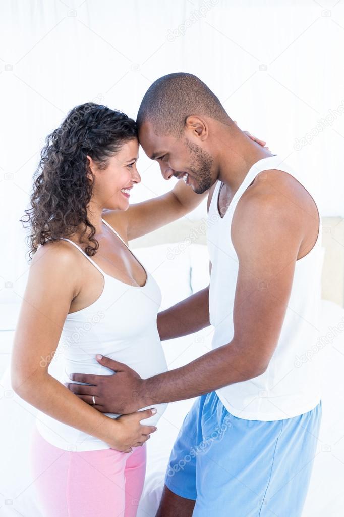 Schwangere Frau mit Mann berührt Bauch — Stockfoto