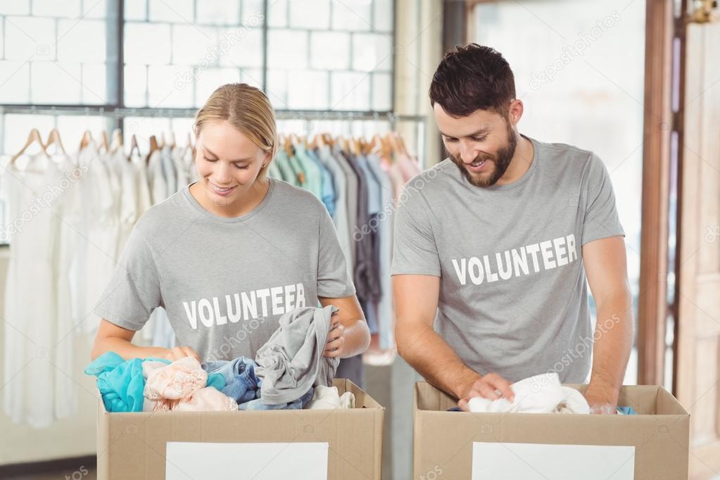 250b12c761 Separar as roupas de doações de voluntários — Stock Photo ...
