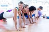 Šťastné ženy cvičení na podlaze
